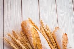 2 уш багетов пшеницы на покрашенной белизне Стоковое фото RF