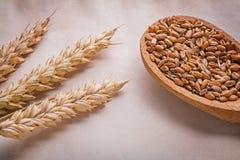 3 уш пшеницы и деревянной ложки с corns дальше Стоковые Изображения