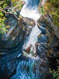 Ущелье реки с сияющими утесом и открытым морем Стоковые Изображения
