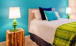 Уютная голубая и зеленая спальня Дизайн интерьера стоковые фотографии rf