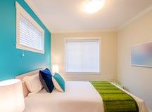 Уютная голубая и зеленая спальня Дизайн интерьера стоковая фотография rf