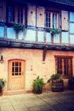 Уютная деревенская задворк традиционного дома рамки тимберса Эльзас, Стоковое Изображение