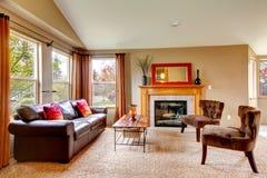 Уютная живущая комната с камином Стоковое Фото
