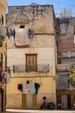 Уютная итальянская задворк с балконом, одеждами засыхания и мотоциклом Традиционная среднеземноморская архитектура Итальянский ор стоковые фотографии rf