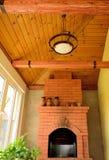 Уютная комната в загородном доме с камином в a Стоковые Фото
