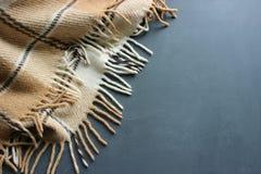 Уютная мягкая шотландка на деревянной предпосылке стоковая фотография