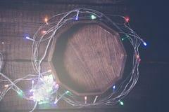 Уютная предпосылка года сбора винограда рождества Пестротканая электрическая гирлянда Стоковое Фото