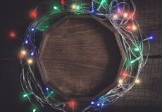 Уютная предпосылка года сбора винограда рождества Рамка от пестротканых электрических светов гирлянды и bokeh Стоковая Фотография