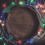 Уютная предпосылка года сбора винограда рождества Рамка от пестротканых электрических светов гирлянды и bokeh Стоковые Фотографии RF