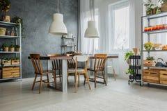 Уютная просторная квартира с dinning таблицей стоковая фотография rf