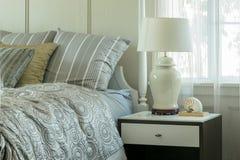 Уютная спальня при включении подушки и лампа чтения уход за больным t Стоковые Изображения