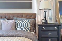 Уютная спальня при включении подушки и лампа чтения уход за больным t Стоковые Фото