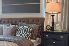 Уютная спальня при включении подушки и лампа чтения уход за больным t Стоковая Фотография