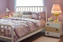 Уютная спальня при включении подушки и лампа чтения уход за больным t Стоковые Фотографии RF