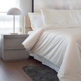 Уютная спальня при включении подушки и лампа чтения уход за больным t Стоковое Фото