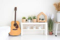Уютная стильная и современная живущая комната Стоковое фото RF