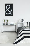 Уютная черно-белая спальня стоковое изображение rf