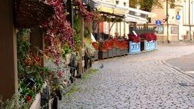Уютное на открытом воздухе кафе лета в старом городке видеоматериал