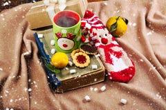 Уютное рождество выравниваясь около камина Стоковое Изображение