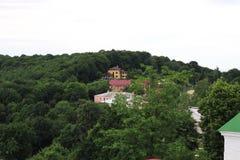 Уютные дома в зеленых холмах Стоковые Изображения RF
