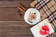 Уютные latte кружки остатков, пряник-сердце, шотландка шотландки и кофейные зерна Взгляд сверху Стоковые Фотографии RF