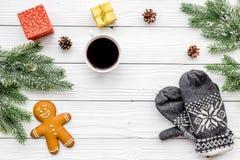 Уютный вечер рождества Кофе, печенья, украшает ветвь, knitten mittens на белом деревянном copyspace взгляд сверху предпосылки Стоковые Изображения RF