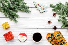 Уютный вечер рождества Кофе, печенья, украшает ветвь, knitten mittens на белом деревянном copyspace взгляд сверху предпосылки Стоковое Изображение