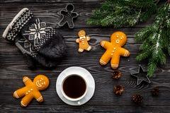 Уютный вечер рождества Кофе, печенья, украшает ветвь, knitten mittens на сером деревянном взгляд сверху предпосылки Стоковые Изображения RF
