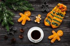 Уютный вечер рождества Кофе, печенья, украшает ветвь, knitten mittens на сером деревянном взгляд сверху предпосылки Стоковое Изображение