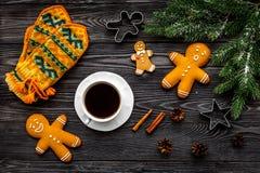 Уютный вечер рождества Кофе, печенья, украшает ветвь, knitten mittens на сером деревянном взгляд сверху предпосылки Стоковые Фото