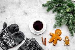Уютный вечер рождества Кофе, печенья, украшает ветвь, knitten mittens на сером каменном copyspace взгляд сверху предпосылки Стоковая Фотография
