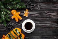 Уютный вечер рождества Кофе, печенья, украшает ветвь, knitten mittens на сером деревянном copyspace взгляд сверху предпосылки Стоковые Изображения