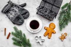 Уютный вечер рождества Кофе, печенья, украшает ветвь, knitten mittens на темном деревянном copyspace взгляд сверху предпосылки Стоковое Изображение RF