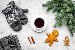 Уютный вечер рождества Кофе, печенья, украшает ветвь, knitten mittens на темном деревянном copyspace взгляд сверху предпосылки Стоковая Фотография