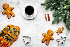 Уютный вечер рождества Кофе, печенья, украшает ветвь, knitten mittens на темном деревянном copyspace взгляд сверху предпосылки Стоковое Фото