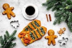 Уютный вечер рождества Кофе, печенья, украшает ветвь, knitten mittens на темном деревянном copyspace взгляд сверху предпосылки Стоковые Изображения RF