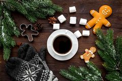 Уютный вечер рождества Кофе, печенья, украшает ветвь, knitten mittens на темном деревянном copyspace взгляд сверху предпосылки Стоковые Фотографии RF