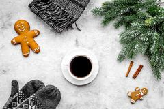 Уютный вечер рождества Кофе, печенья, украшает ветвь, knitten mittens на темном деревянном copyspace взгляд сверху предпосылки Стоковые Изображения