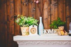 Уютный домашний интерьер, часы, ваза с цветками, медведь игрушки Стоковые Изображения