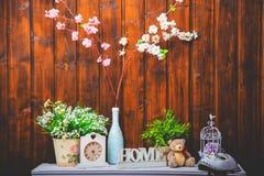 Уютный домашний интерьер, часы, ваза с цветками, медведь игрушки Стоковые Фотографии RF