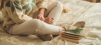 уютный дом Красивая девушка читает книгу на кровати доброе утро с чаем детеныши девушки довольно ослабляя Концепция чтения стоковые изображения