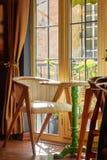 Уютный интерес, кресло и круглый стол Стоковое Фото