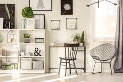 Уютный интерьер домашнего офиса стоковое фото