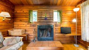 Уютный интерьер деревенской бревенчатой хижины Стоковое фото RF