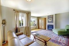 Уютный интерьер живущей комнаты американского rambler Обеспеченный с кожаной софой и деревянным шкафом Стоковые Фотографии RF