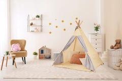 Уютный интерьер комнаты детей с шатром игры стоковые изображения rf