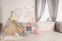 Уютный интерьер комнаты детей с шатром игры стоковая фотография rf