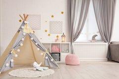 Уютный интерьер комнаты детей с шатром игры стоковые фотографии rf