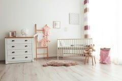 Уютный интерьер комнаты младенца стоковые изображения rf