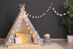 Уютный интерьер комнаты ребенка стоковое изображение
